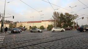Улицы современного города, городского движения, улицы современной Праги, трамваев и автомобилей на квадрате, timelapse, Европе сток-видео