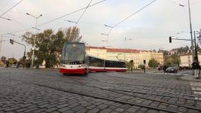 Улицы современного города, городского движения, улицы современной Праги, трамваев и автомобилей на квадрате, timelapse, Европе видеоматериал