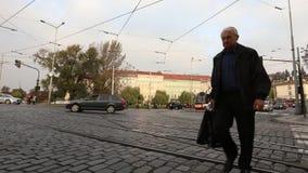Улицы современного города, городского движения, улицы современной Праги, трамваев и автомобилей на квадрате, timelapse, Европе акции видеоматериалы
