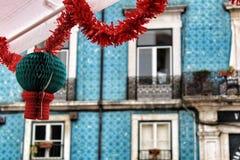 Улицы украсили с гирляндами в Alfama, Лиссабоне стоковые изображения