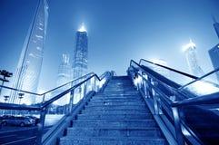 Улицы Шанхай, лестницы и здания небоскреба стоковые изображения rf