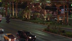 Уличное движение на Лас Вегас Боулевард - прокладка на ноче - США 2017 акции видеоматериалы
