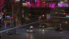 Уличное движение на Лас Вегас Боулевард - прокладка на ноче - США 2017 видеоматериал