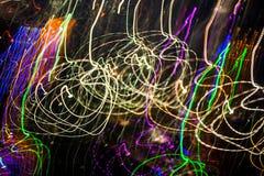 Уличные светы в высокоскоростной машине, светлое движение с низкооборотной штаркой стоковые фотографии rf
