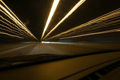Уличные светы в высокоскоростной машине в nighttime, светлом движении с низкооборотным взглядом штарки изнутри фронта автомобиля Стоковое фото RF