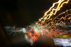 Уличные светы в высокоскоростной машине в nighttime, светлом движении с низкооборотным взглядом штарки изнутри фронта автомобиля Стоковые Изображения RF