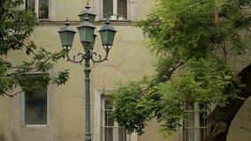 Уличные светы на предпосылке архитектуры в Georgia, старые здания, последовательность сток-видео
