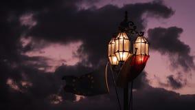 Уличные светы на предпосылке пурпурных неба и облаков Флаг Европейского союза, Европа, вечер, мистик акции видеоматериалы