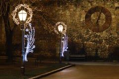 Уличные светы с украшением рождества и старыми часами перед собором Загреба, Хорватией Стоковая Фотография