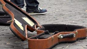 Уличный исполнитель играя гитару, бездомное шоу музыканта бродяги в Нью-Йорке сток-видео
