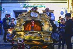 Уличный исполнитель играя на органе бочонка Органы бочонка ценны потому что они сохраняют старые стили музыкального украшения стоковое фото