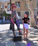 Уличный исполнитель пробует сделать прожитие a Стоковые Изображения