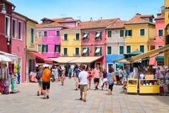 Уличный рынок и красочные дома на острове Burano близко Стоковые Изображения RF