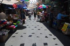 Уличный рынок электронных поставек в Бангкоке Стоковое фото RF