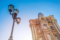 Уличный фонарь и старый дом против голубого неба и солнечного света _ стоковое изображение rf