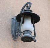 Уличный фонарь на каменной стене Стоковые Фотографии RF