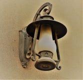 Уличный фонарь на каменной стене Стоковая Фотография