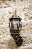 Уличный фонарь на стене больших блоков камней Стоковые Изображения