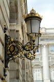 Уличный фонарь на стене королевского дворца в Мадриде стоковые изображения rf