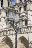 Уличный фонарь перед собором Нотр-Дам Стоковое Изображение RF