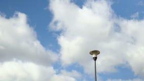 Уличный фонарь против неба Плавая облака Запись промежутка времени сток-видео