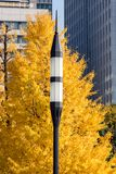 Уличный фонарь с желтым деревом Стоковое Изображение