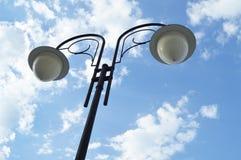 Уличный фонарь с тенями на предпосылке голубого неба и облаков Стоковое фото RF
