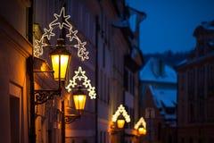Уличный фонарь украшенный с светами рождества Настроение рождества в городе Стоковое Изображение