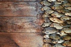 Уловленные рыбы карпа на древесине Заразительная пресноводная рыба на деревянной предпосылке Много рыбы леща, crucian или плотва  Стоковая Фотография RF