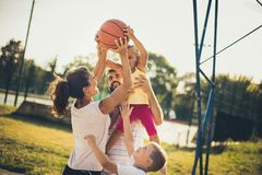 улучшайте совместно Семья играя баскетбол стоковые фотографии rf
