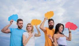 Улучшать их навыки связи Люди говорят используя пузыри речи Удовольствие связи группы Друзья отправляют стоковое фото