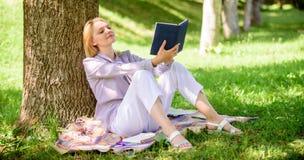 Улучшение собственной личности и концепция образования Дама дела находит минута для чтения книги улучшить ее знание Женская собст стоковое изображение