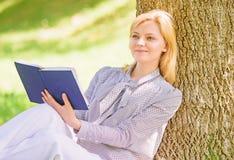 Улучшение собственной личности и концепция образования Женское улучшение собственной личности Девушка полагается на промежутке вр стоковая фотография rf