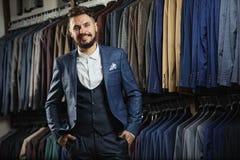 Улучшите к последней детали Самомоднейший бизнесмен Фасонируйте съемку красивого молодого человека в элегантном классическом кост Стоковая Фотография