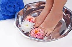 Улучшите милые ноги наслаждаясь ослабляя спой ноги Стоковое Изображение