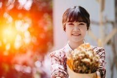 Улыбка азиатской головы крупного плана битника подростка девушки счастливая Стоковая Фотография RF