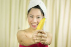 Улыбка банана удерживания женщины действующая, грустный, смешная, нос стоковое изображение rf
