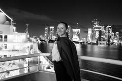 Улыбка бизнес-леди на доске корабля на ноче в miami, США Чувственная женщина в куртке костюма на горизонте города Способ, красотк Стоковая Фотография