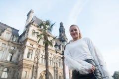 Улыбка девушки в Париже, Франции, дне вверх по взгляду Стоковые Фото