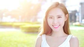 Улыбка женщины красоты счастливо стоковое изображение rf