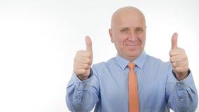 Улыбка изображения бизнесмена и сделать двойные большие пальцы руки вверх стоковое изображение rf