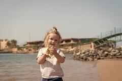 Улыбка мальчика с раковиной на пляже моря Детская игра с seashell на солнечном seascape Свобода, открытие и приключение стоковая фотография rf