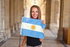Улыбка молодой женщины с флагом Аргентины Стоковые Фотографии RF