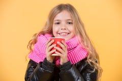 Улыбка ребенка с красной чашкой на оранжевой предпосылке Стоковая Фотография RF