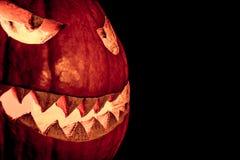 Улыбка тыквы хеллоуина взгляда со стороны с горением огня наблюдает рот Стоковые Изображения RF