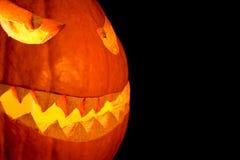 Улыбка тыквы хеллоуина взгляда со стороны с горением огня наблюдает рот Стоковое фото RF
