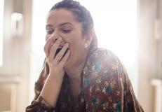 Улыбка удовлетворенной женщины стоковое фото