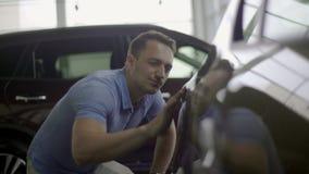 Улыбки девушки в новом автомобиле акции видеоматериалы