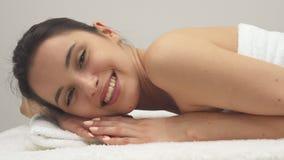 Улыбки девушки на таблице массажа акции видеоматериалы