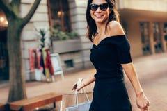Ультрамодная женщина на дороге города с хозяйственными сумками Стоковое Фото